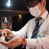 アルコール消毒する松田さん